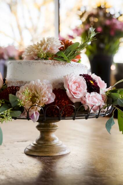 How to Decorate Cakes Using Edible Flowers